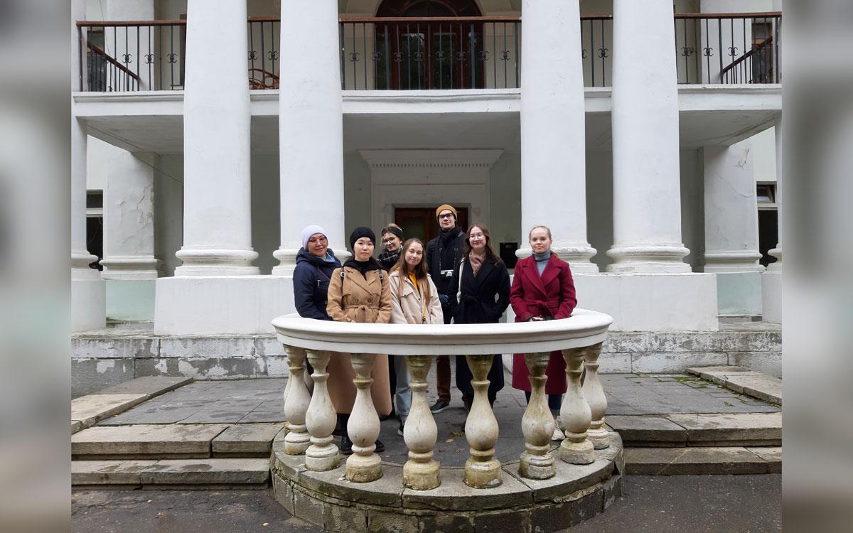 Студенты Литинститута у Дома творчества писателей