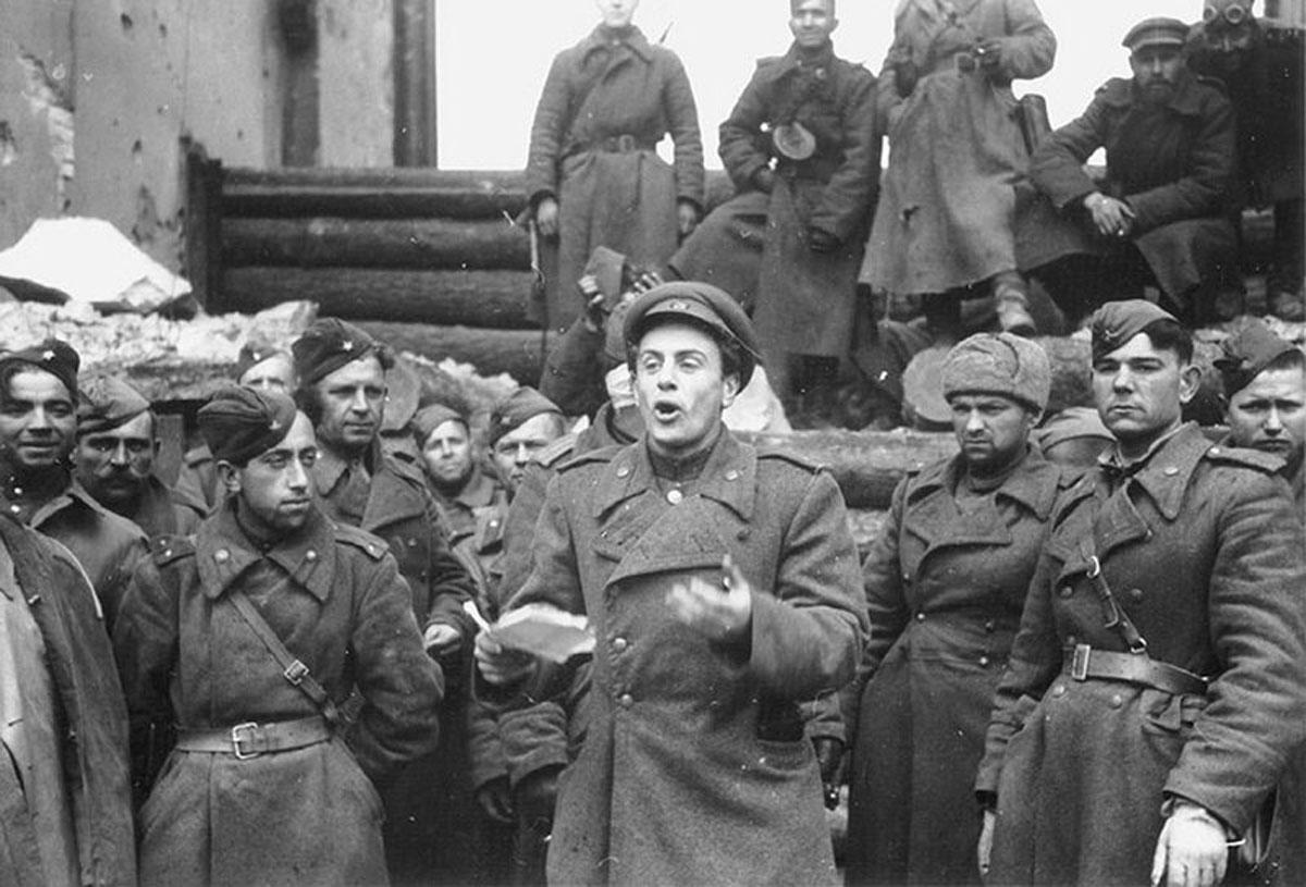Евгений Долматовский у Бранденбургских ворот