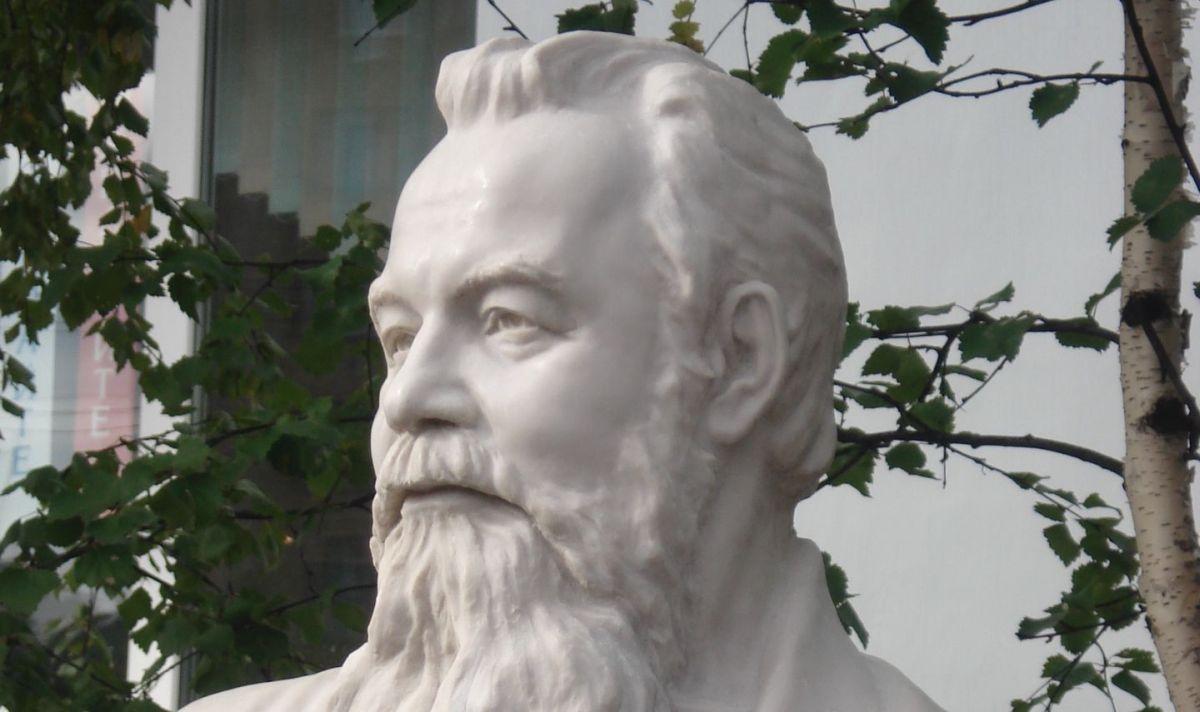 Бюст Виталия Маслова / ГодЛитературы, wikipedia.org