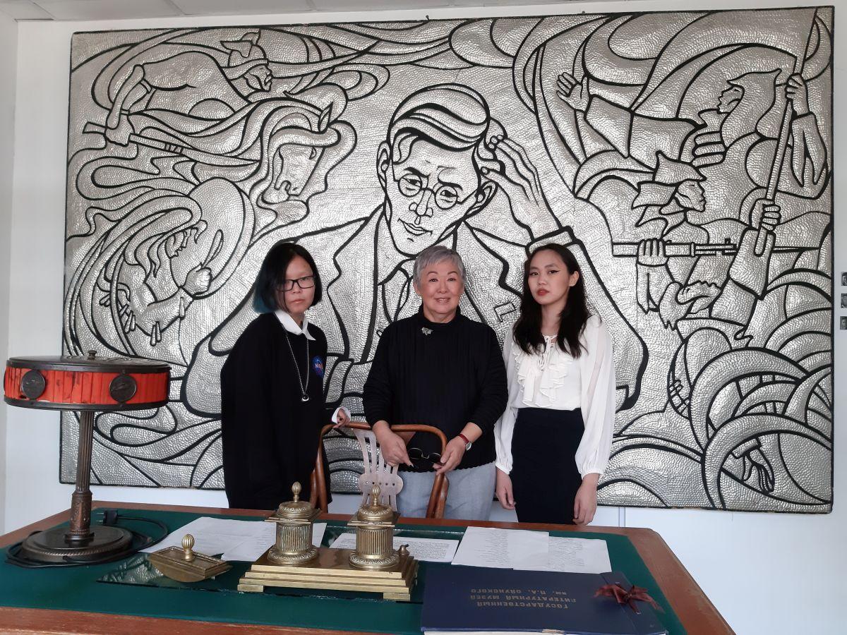 А.Шапошникова со студентками Лита А.Васильевой и Ч.Анисимовой в Литературном музее имени П.Ойунского